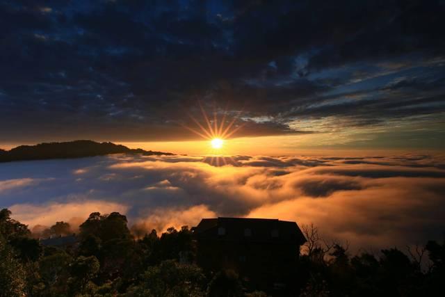 Appreciate seas of clouds at Guandao Mountain Ridge