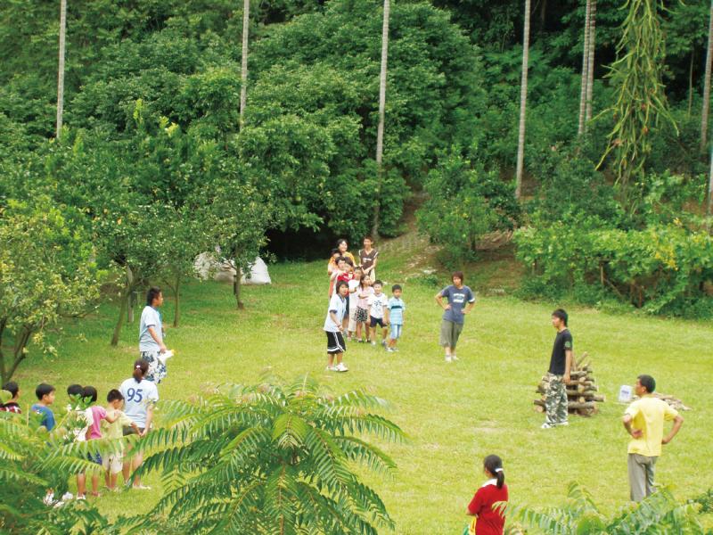 侑橘休閒農園 親近自然的綠草地
