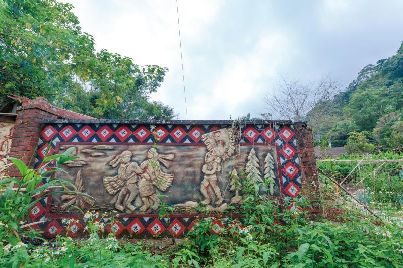嘎嘎歐岸部落文化園區 賽夏族傳統文化意象牆