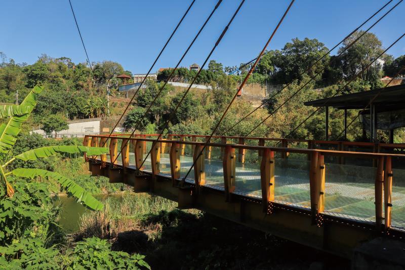 懸吊延伸出去的強化玻璃橋面平台