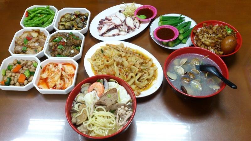 海鮮麵、蛤蠣湯及各式小菜