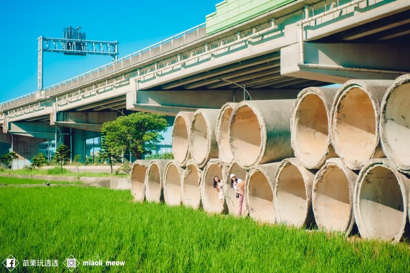 稻田旁放置兩層水泥管